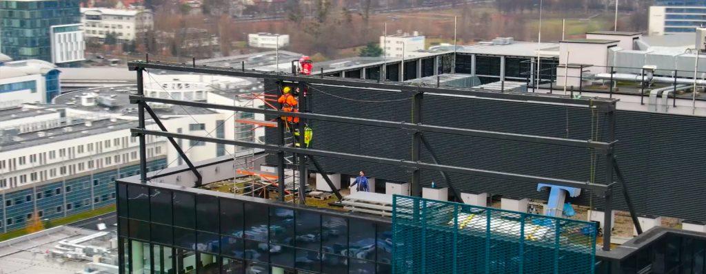 Konstrukcja pod reklamę na dachu biurowca